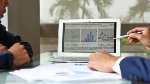 vídeos y material grabado en eventos de stock de presentación del análisis estadístico de dos empresario - examen