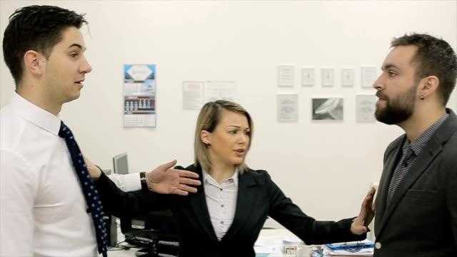 vidéos et rushes de deux hommes d'affaires sont battent avec acharnement dans le bureau, la secrétaire tente de diviser - agression