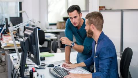 vídeos y material grabado en eventos de stock de dos hombres de negocios discutiendo proyecto de oficina - two people