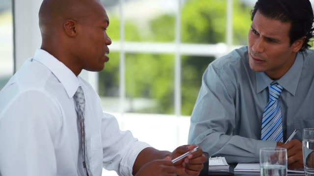 vídeos de stock, filmes e b-roll de two businessmen having a discussion - neckwear
