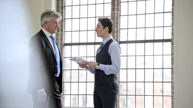Deux hommes d'affaires ayant réunion informelle