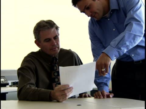 vídeos de stock, filmes e b-roll de two businessmen in an office - vestuário de trabalho formal