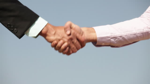vídeos de stock, filmes e b-roll de two businessmen shaking hands - acordo