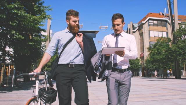 SLO MO deux hommes d'affaires à l'aide de tablette numérique dans la ville