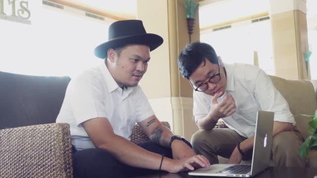 vídeos de stock e filmes b-roll de two businessmen working on the table - 4k - hora de almoço