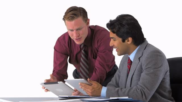 two businessmen working with tablets - 全套西裝 個影片檔及 b 捲影像