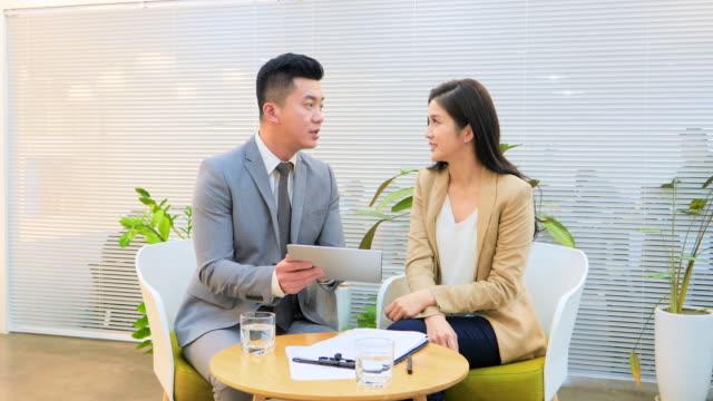 vidéos et rushes de ms two businesspeople talking - costume complet