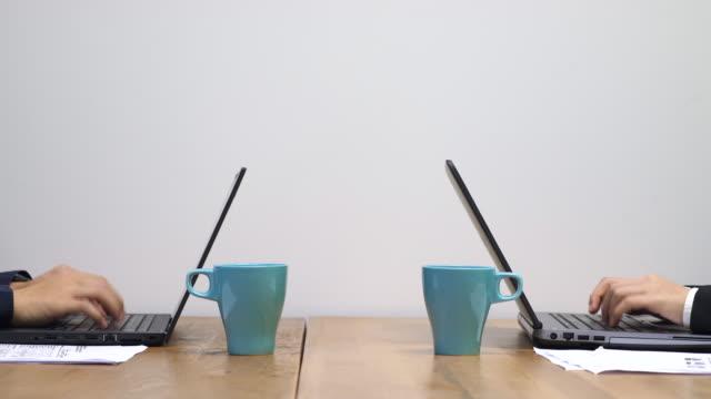 Zwei Geschäftsleute arbeiten am Laptop im Büro