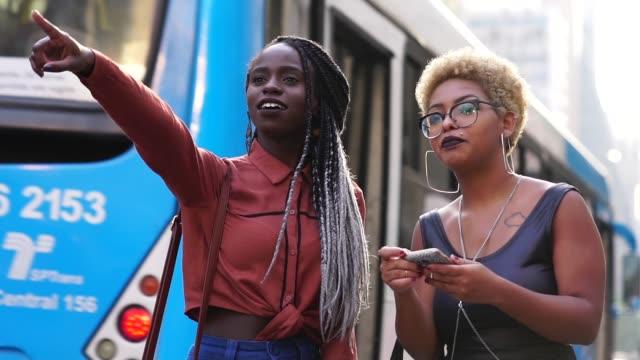 vídeos de stock, filmes e b-roll de empresária dois esperando para o transporte - atividade móvel