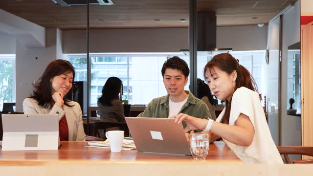 vídeos y material grabado en eventos de stock de two businesswomen and their assistants meeting in a coworking office - desk