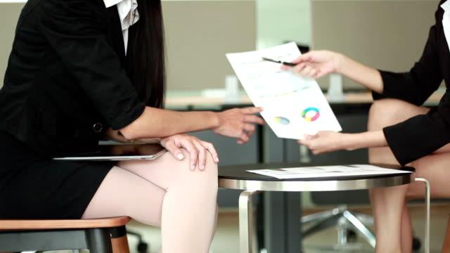 vídeos y material grabado en eventos de stock de dos mujeres de negocio tener reunión informal en oficina moderna - sin mangas