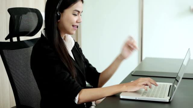 vídeos de stock e filmes b-roll de dois businesswomen tendo reunião informal no escritório moderno - sem manga