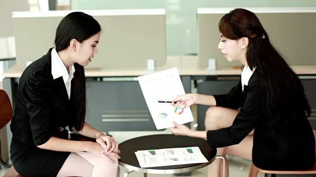 vídeos de stock e filmes b-roll de dois businesswomen tendo reunião informal - sem manga