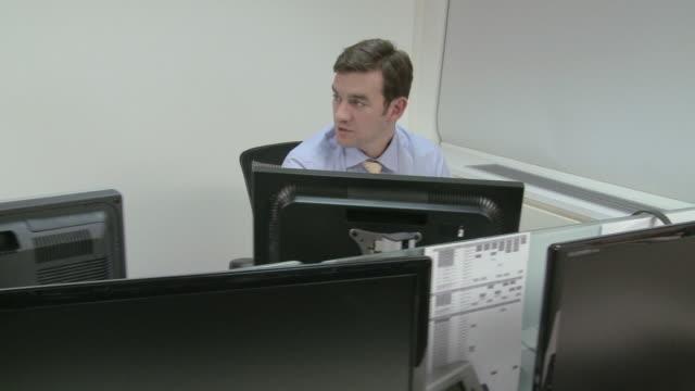 stockvideo's en b-roll-footage met two businesswomen in office, one answering telephone - overhemd en stropdas