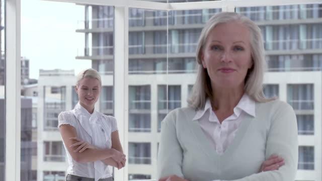 vídeos de stock e filmes b-roll de two businesswomen in office, portrait - trabalhadora de colarinho branco