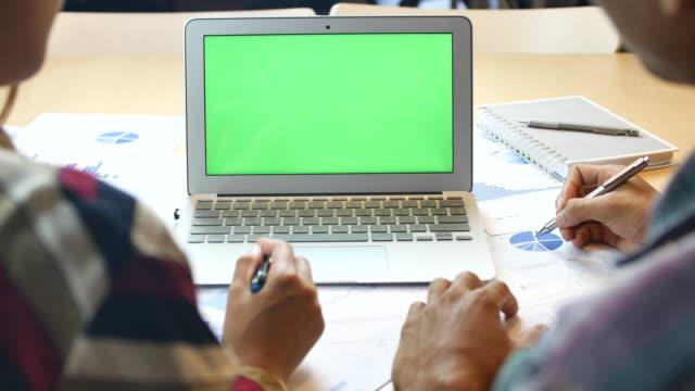 zwei unternehmerinnen am grünen laptopbildschirm sprechen - kunde stock-videos und b-roll-filmmaterial