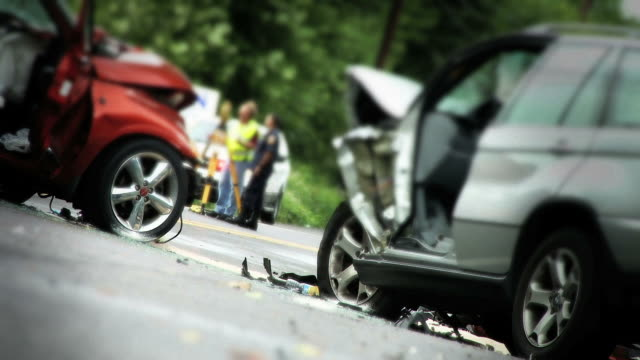 stockvideo's en b-roll-footage met two car accident - medium shot - dood begrippen
