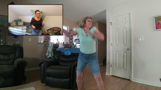 vídeos y material grabado en eventos de stock de two carefree women dancing together via video call. - refugiarse en un lugar concepto