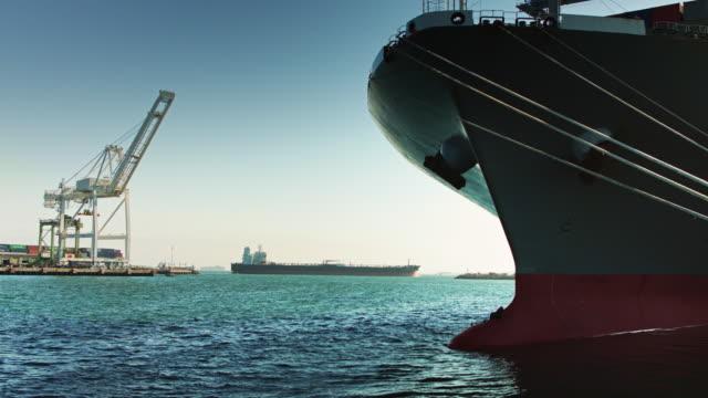 zwei frachtschiffen im dock - kiel rumpf stock-videos und b-roll-filmmaterial