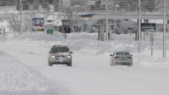 vídeos de stock, filmes e b-roll de two cars passing on plowed street after heavy snowfall - rhode island