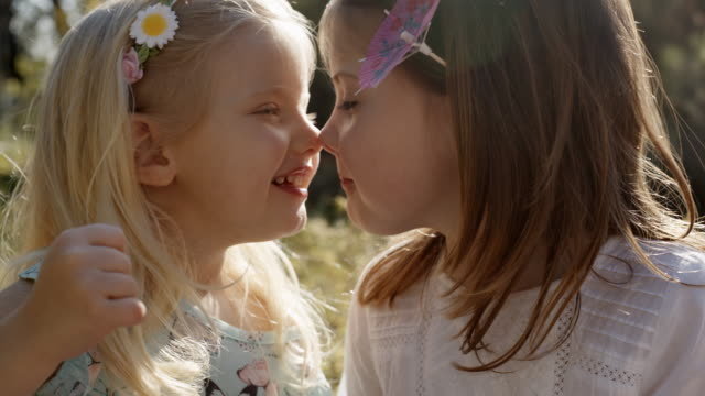 stockvideo's en b-roll-footage met two children touching noses - eskimokus geven