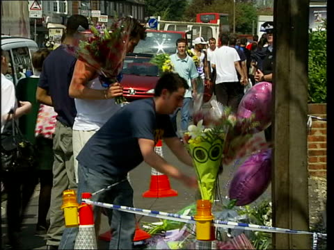 two children watch as father is killed in driveby shooting england essex hornchurch ext friends leaving bouquets of flowers at scene where dawson was... - composizione di fiori video stock e b–roll