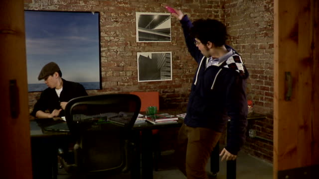ms, zi, zo, slo mo, two colleagues spraying each other with water guns in office, brooklyn, new york city, new york state, usa - 水鉄砲点の映像素材/bロール