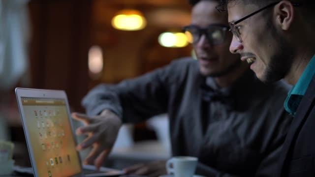 vídeos de stock, filmes e b-roll de dois collegaues ter reunião de negócios de café - dono