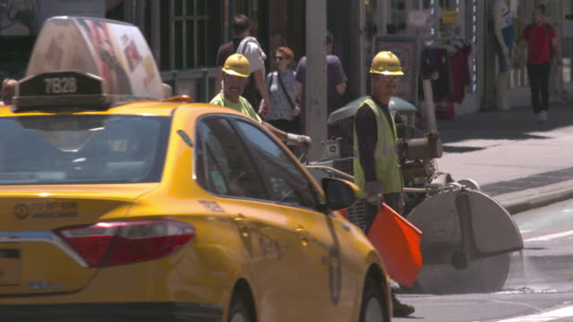 stockvideo's en b-roll-footage met two construction workers help with traffic on a busy street in nyc. - ploegbaas