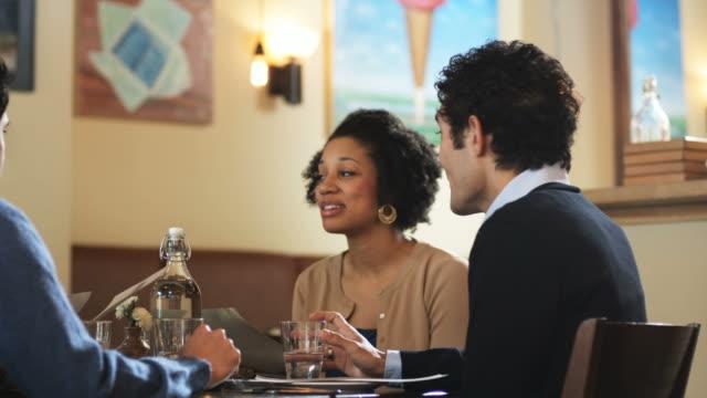 vídeos de stock, filmes e b-roll de two couples at dinner talking - jantar sofisticado
