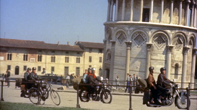 ms two couples stop, getting off their cycles for take pictures / pisa, italy - anno 1954 video stock e b–roll