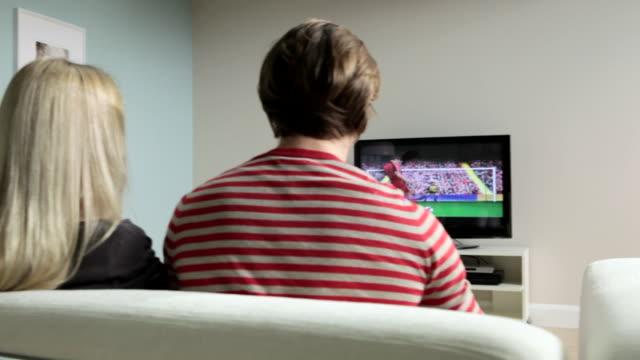 vídeos de stock e filmes b-roll de two couples watching football on television - campeonato desportivo