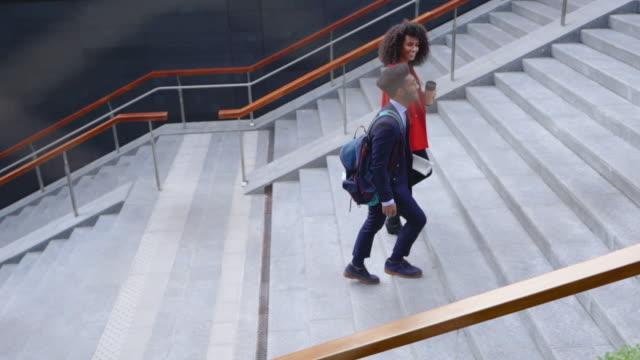 階段を登る2人の同僚 - パルド人点の映像素材/bロール