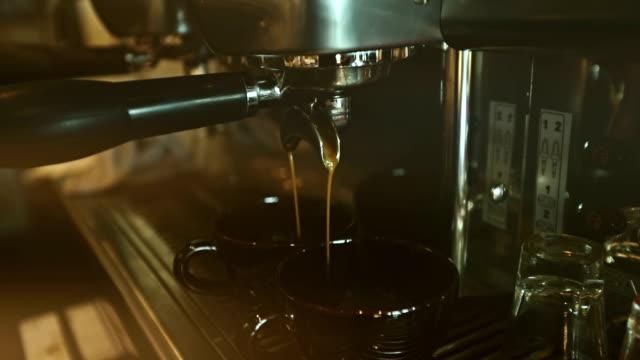 stockvideo's en b-roll-footage met twee kopjes espresso wordt gegoten - langzaam