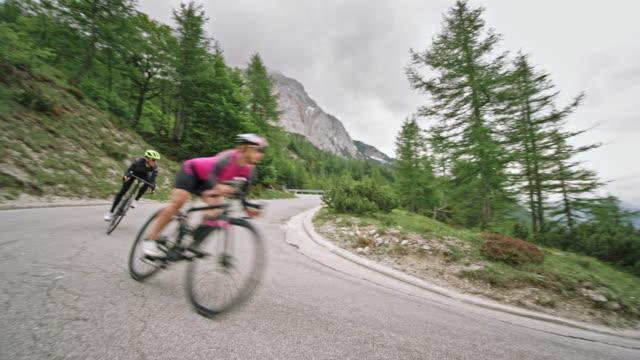 två cyklister susa nedför berget vägen på sin väg cyklar - t tröja bildbanksvideor och videomaterial från bakom kulisserna