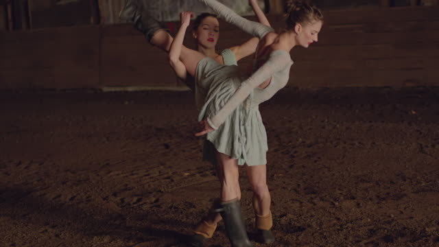 vídeos de stock, filmes e b-roll de two dancers dancing in wooden barn - pirouette