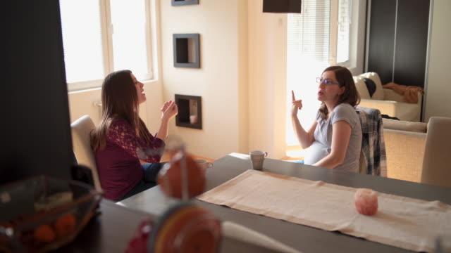 Dos mujeres sordas hablan en lenguaje de señas