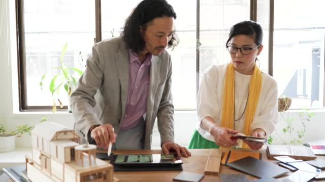 vídeos y material grabado en eventos de stock de dos diseñadores han decidido el material del interior - exclusivamente japonés