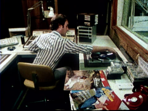 stockvideo's en b-roll-footage met 1978 two djs work on a recording in a radio studio - draaitafel