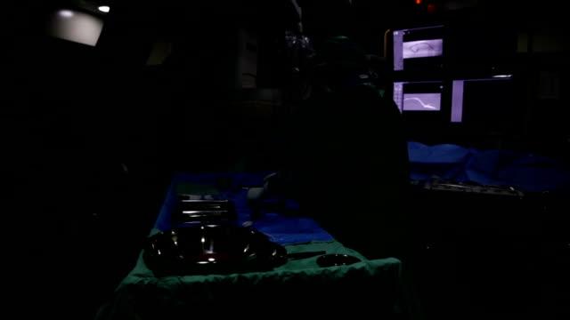 vídeos y material grabado en eventos de stock de dos médicos cerca de la mesa en la operación de cirugía - vena humana