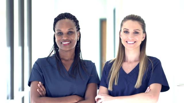 stockvideo's en b-roll-footage met twee artsen of verpleegkundigen werken in ziekenhuis - operatiekleding