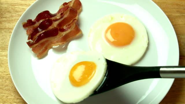 vídeos de stock e filmes b-roll de two eggs & bacon - servir comida e bebida