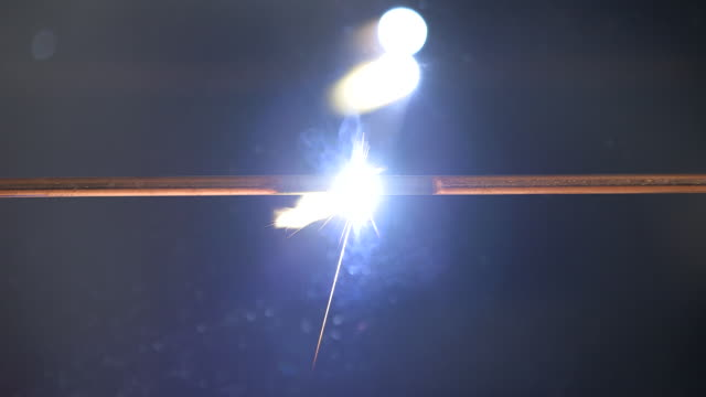 two electrically charged carbon rods make contact producing an intensely bright white light, uk. - フラッシュ撮影点の映像素材/bロール