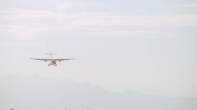 vídeos y material grabado en eventos de stock de ws ts two engine passenger plane landing on runway / bora bora, tahiti - territorios franceses de ultramar