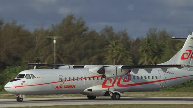 vídeos y material grabado en eventos de stock de ws two engine passenger plane landing on runway / bora bora, tahiti - territorios franceses de ultramar