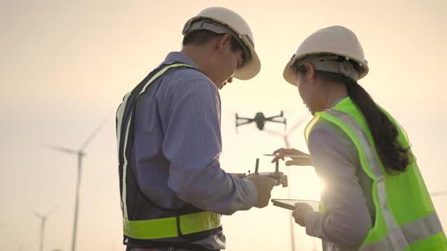ドローン技術を用いた2人のエンジニアが一緒に作業 - コントロール点の映像素材/bロール