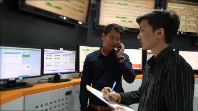 två ingenjör arbetar en drift och övervakning - computer game control bildbanksvideor och videomaterial från bakom kulisserna