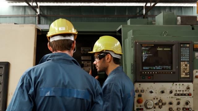 due ingegneri che lavorano insieme - service video stock e b–roll