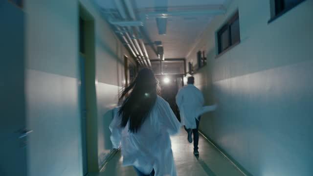 vídeos y material grabado en eventos de stock de slo mo dos médico de urgencias corriendo por un pasillo del hospital a la ambulancia - accidentes y desastres