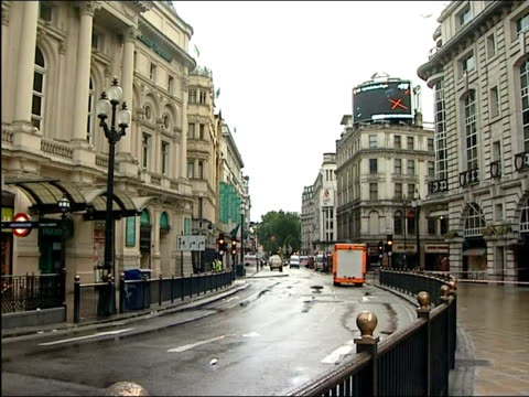 vidéos et rushes de two explosive devices discovered in central london: cordoned off area at piccadilly and haymarket; piccadilly: ext general views of cordoned off area... - haymarket
